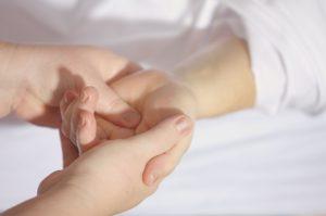Physiotherapeut für mein Kind - Eine Hand, die massiert wird