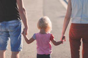 Ein Kind mit seinen Eltern