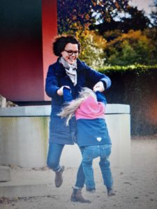 Kind mit Hemiparese fördern - Frau mit Tochter spielend