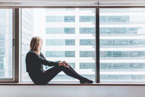 Leichter in den Tag starten - Frau am Fenster sieht raus.